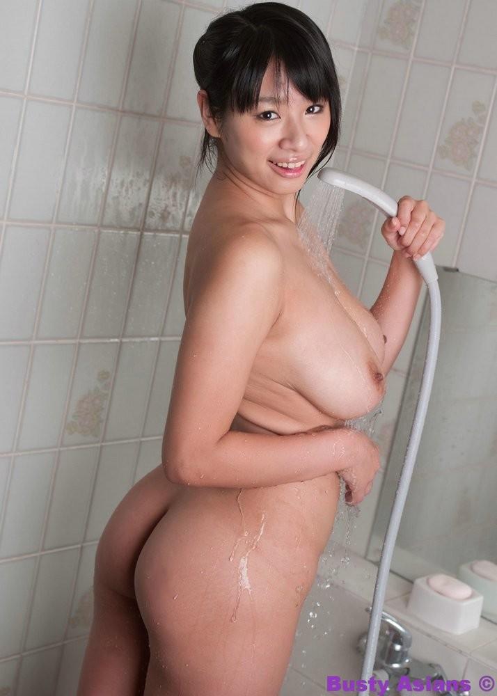 Молодая азиатка Ана Аруна моет свои крупные титьки