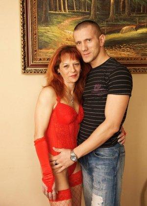 Пожилая женщина дает молодому любовницу в задницу