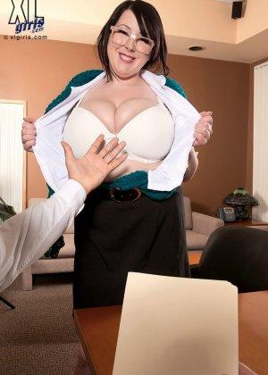 Толстая секретарша Камилла трахнута в офисе между сисек