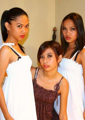Три филиппинские лесбиянки на кровати с дилдо