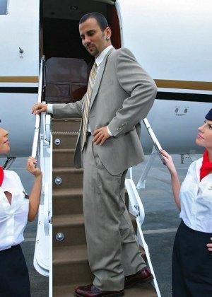 Две стюардессы обслужили вип клиента