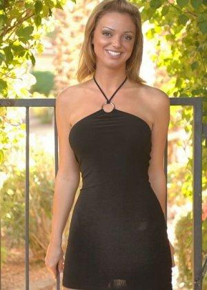 Рыжая в коротком черном платье без трусиков