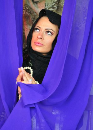 Арабская танцовщица курит и мастурбирует