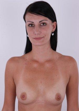Сексуальная высокая брюнетка позирует голой на кастинге стоя