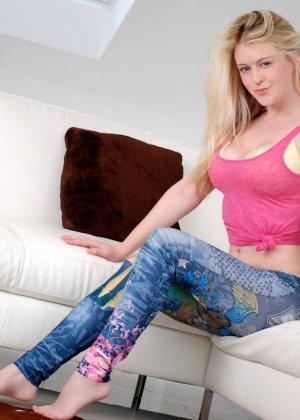 Непослушная блондинка показывает большие груди и пизду