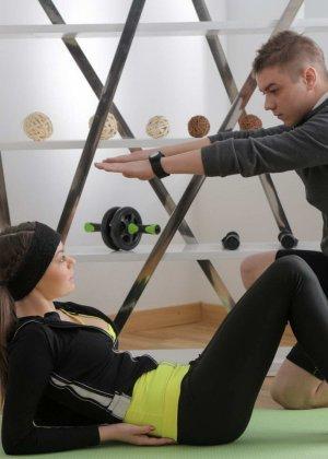 Девушка с косичками трахается с молодым инструктором по фитнессу