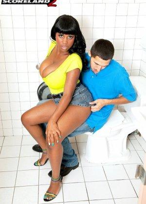 Негритянка с пышными формами ебется в туалете с белым парнем
