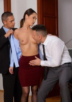 Энджи Мун трахнулась с двумя мужчинами прямо на работе