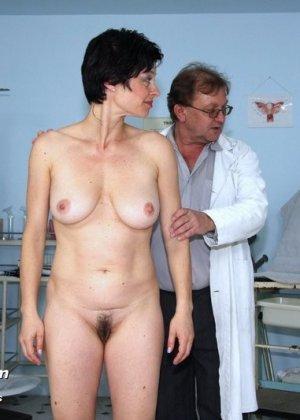 Зрелой даме гинеколог сделал вагинальную клизму