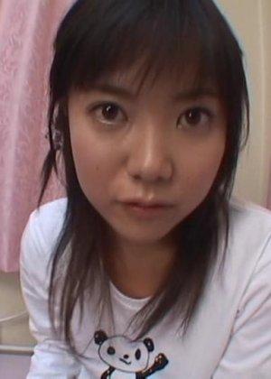 Азиатка с большими глазами сосет хуй