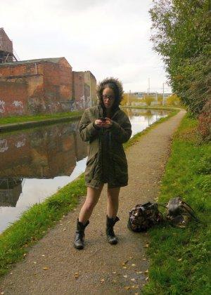 Одела куртку на голое тело и распахивает ее на улице