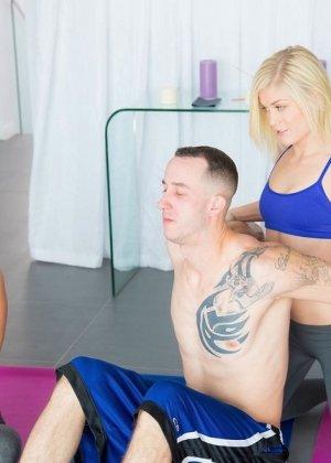 Жаркий секс втроем во время занятий йоги