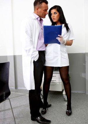 Хардкор с медсестрой в черных чулках