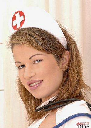 Мнимо девственная медсестра отсасывает хуй у мнимо больного