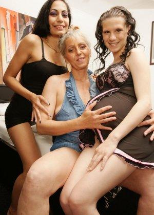 Пожилая и две молодые лесби, одна из которых беременная
