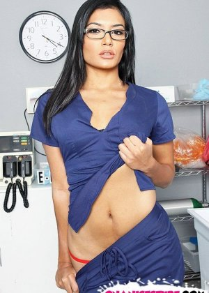 Стройная брюнетка соблазнила врача