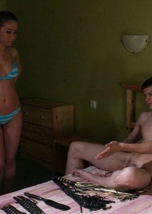 Молодая жена делает со своим мужем все что хочет