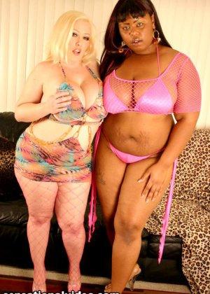 Пухлая блондинка и такая же негритянка