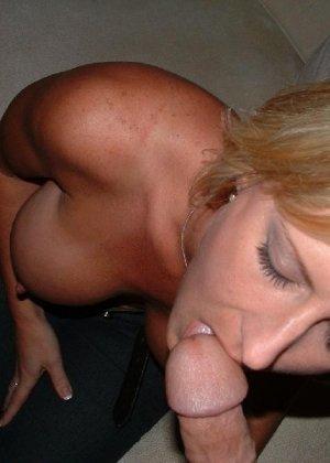 Зрелая блондинка сосет хуй обнажив сиськи