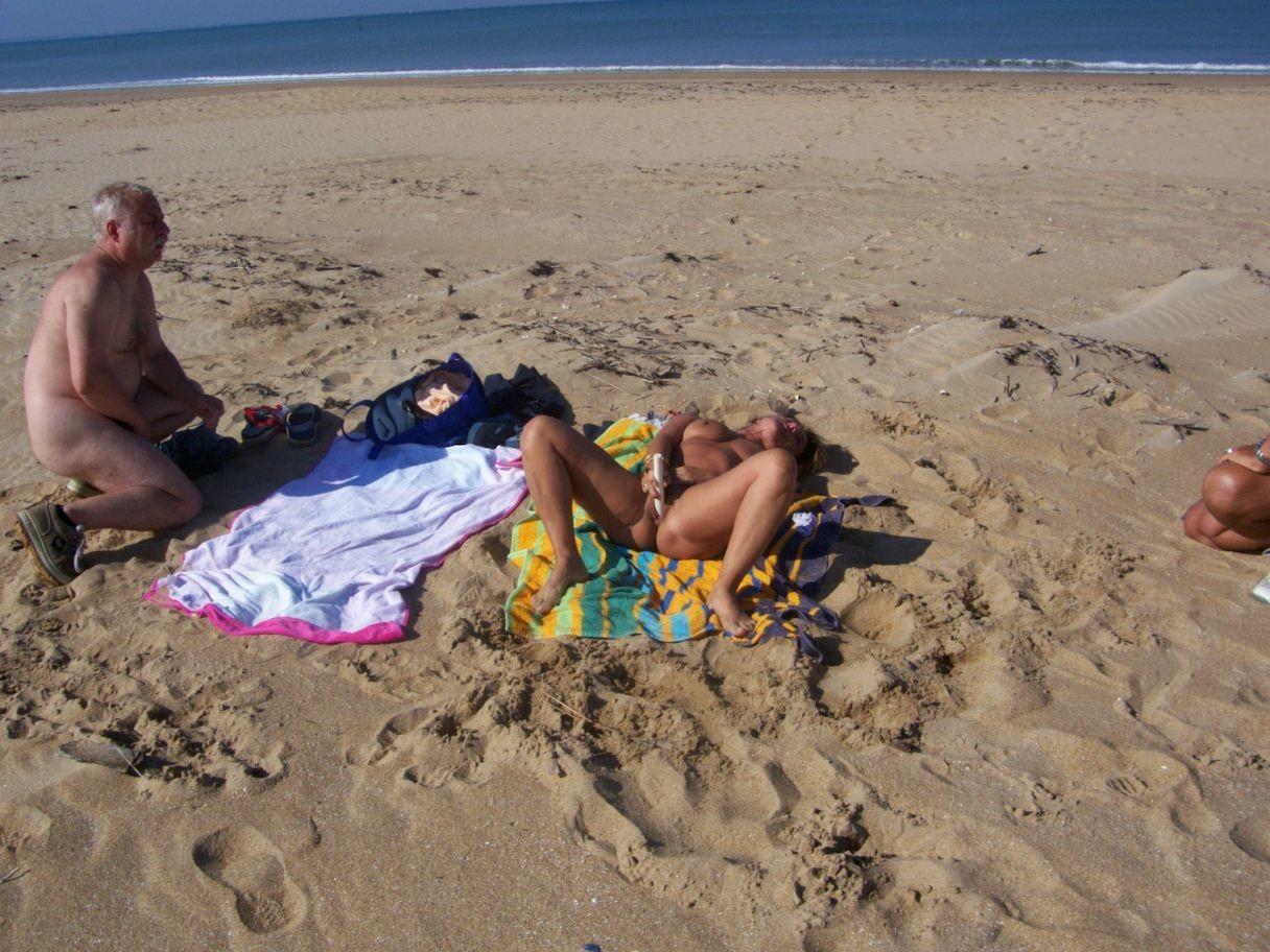 Зрелая пара занимается мастурбацией на пляже