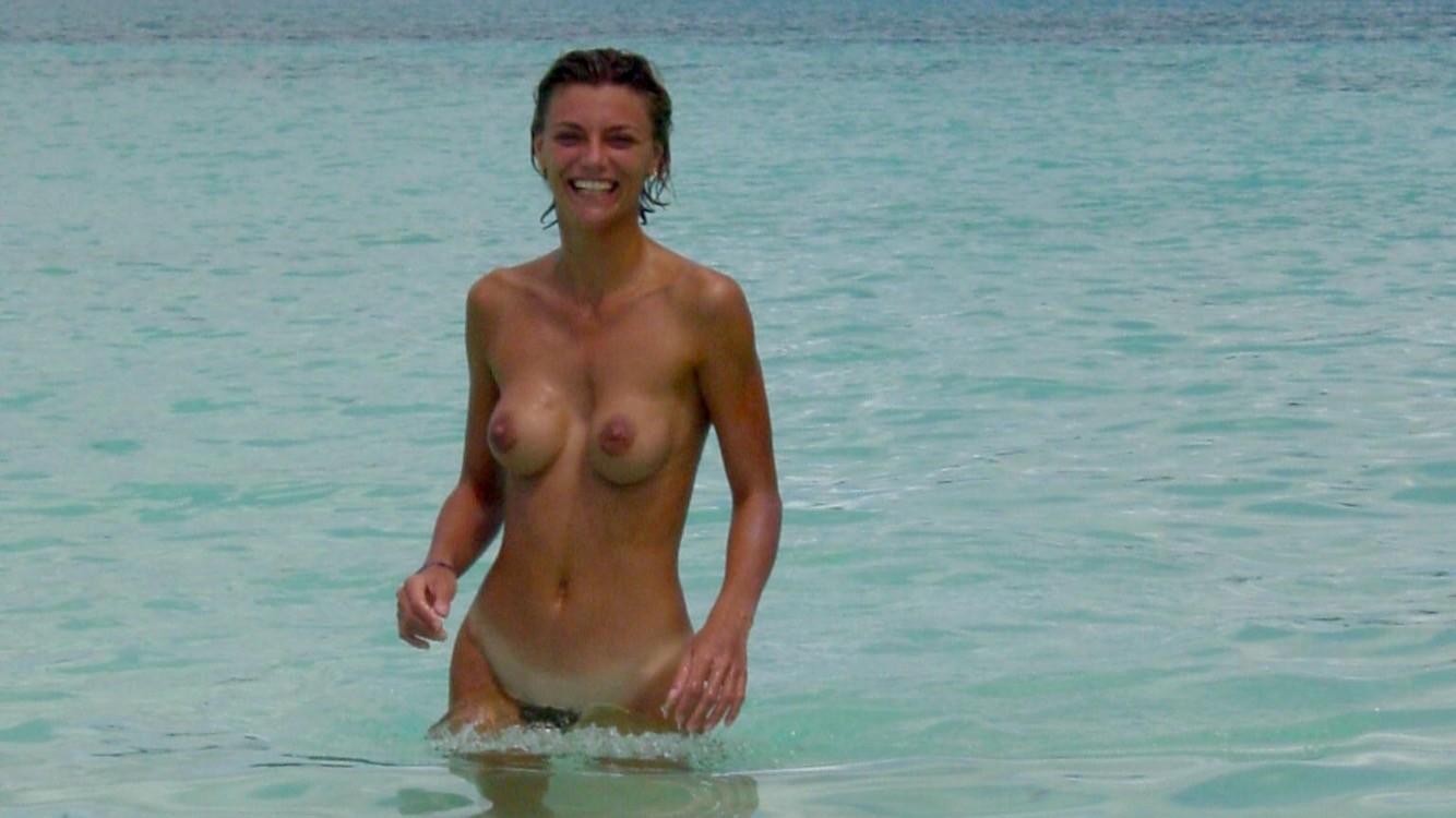 Очаровательная блондинка купалась без купальника