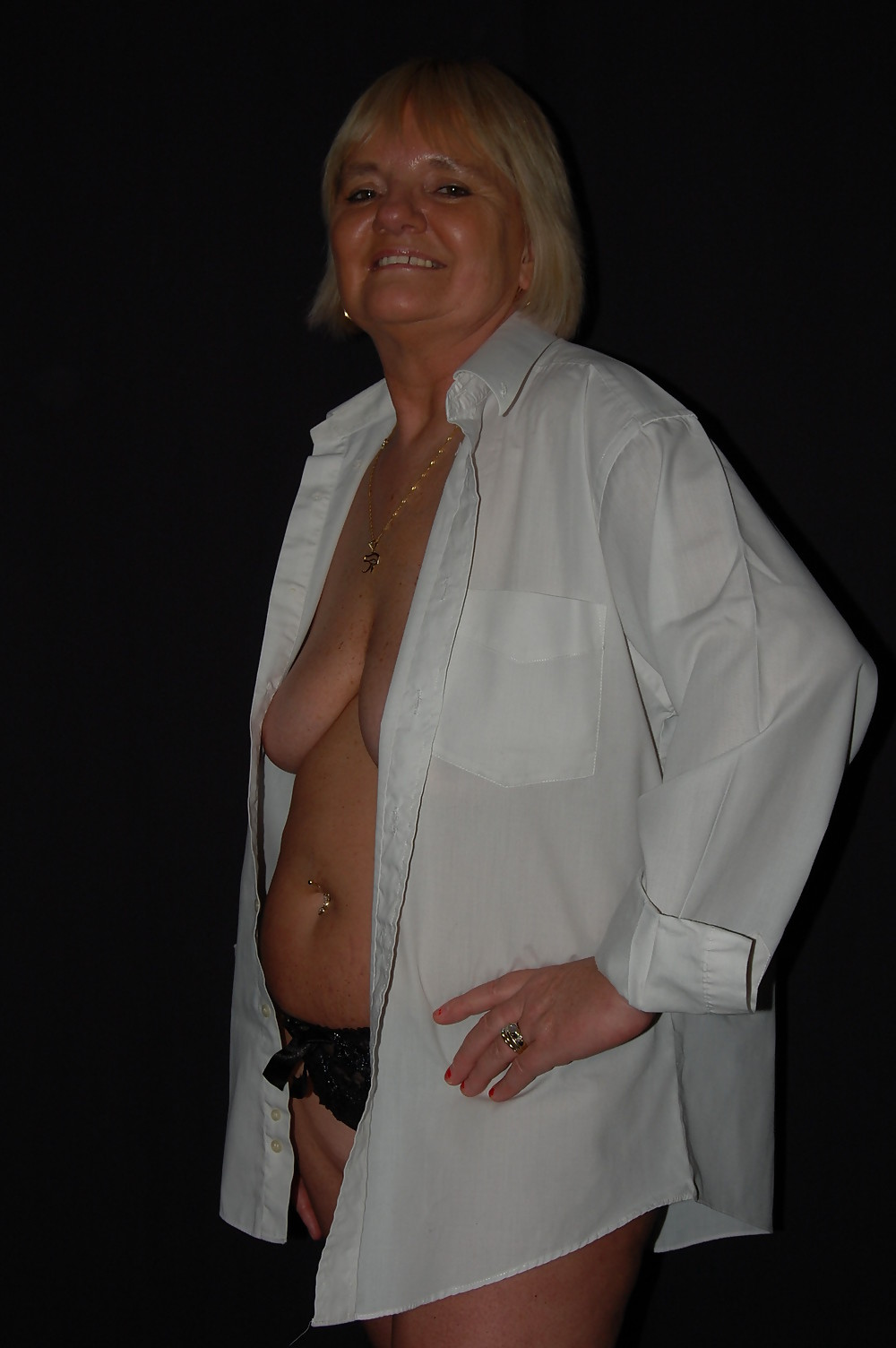 Пожилая любовница в белой рубашке