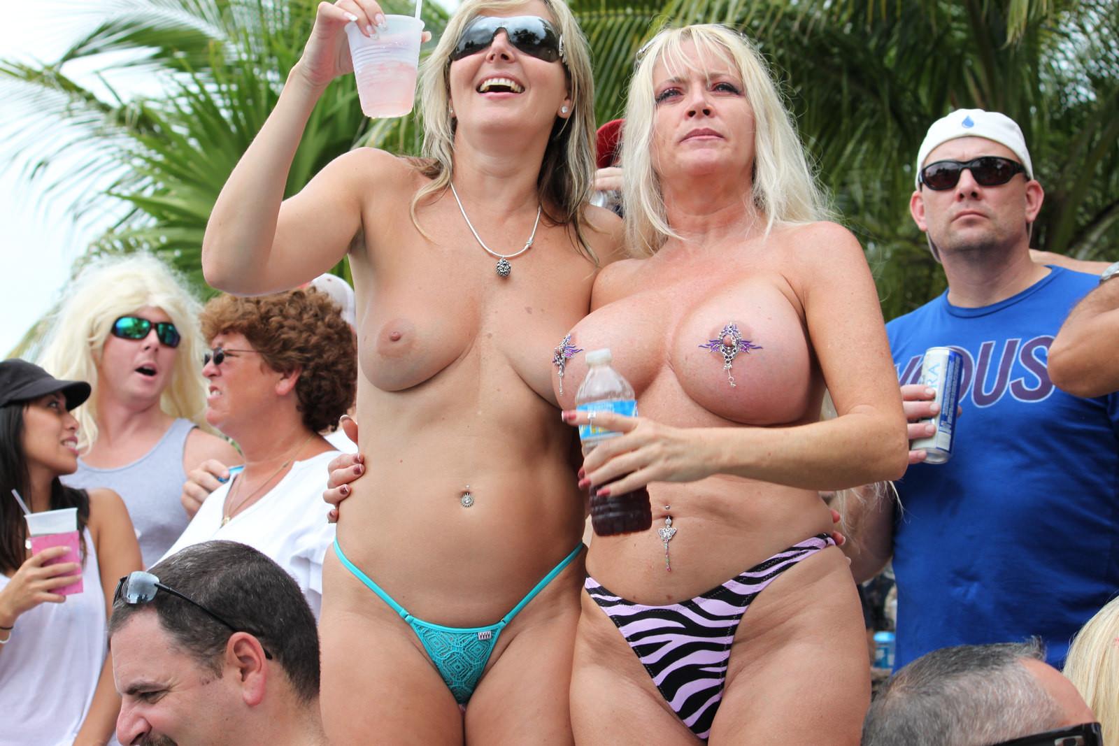 Нудистская вечеринка в бассейне