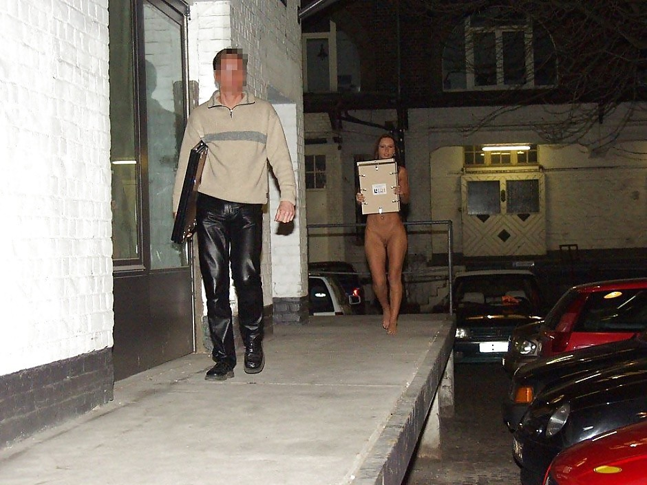 Красивая немка гуляет обнаженной на улице
