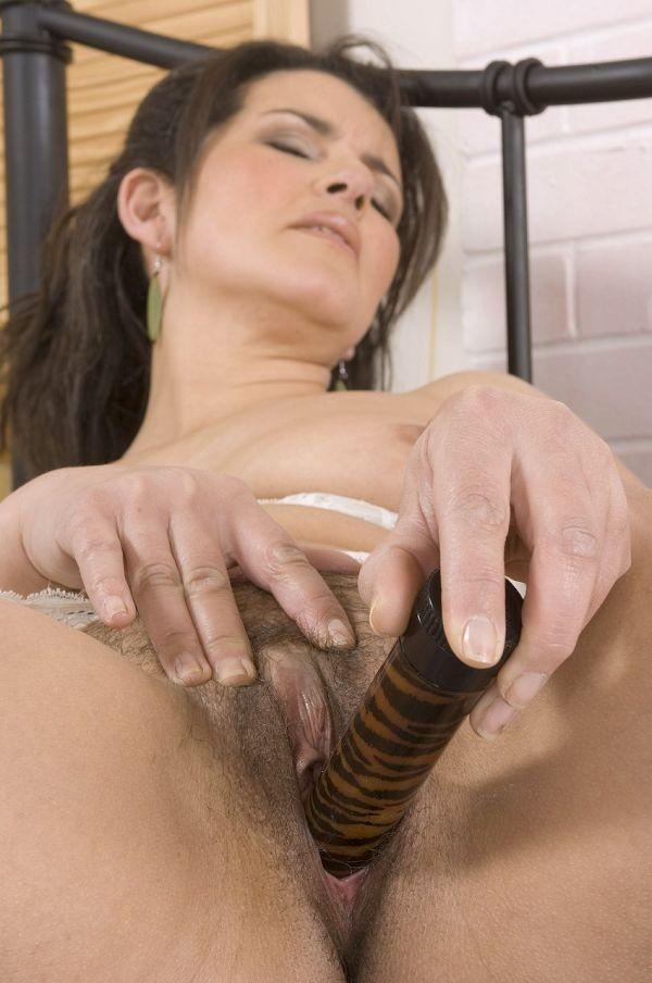 Очень сексуальная зрелая женщина всунула в обе дырки два вибратора
