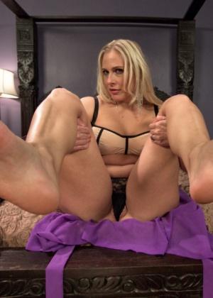 Парень почистил ноги доминантной даме и выебал ее