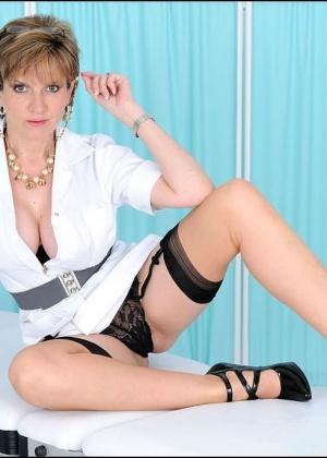 Леди Соня в образе медсестры