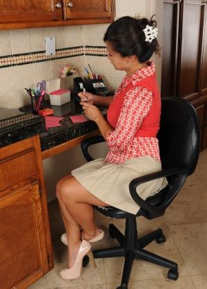 42-летняя азиатка показывает пизду на кухне