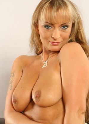 Сексапильная дамочка пытается впихнуть в свое красивое влагалище очень длинный дилдо
