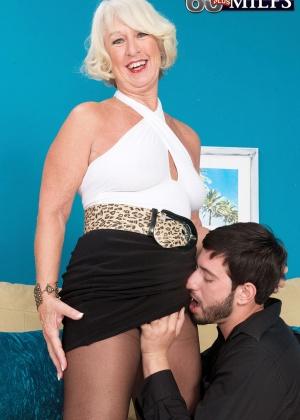 Пожилая блондинка Jeannie Lou пососала молодому