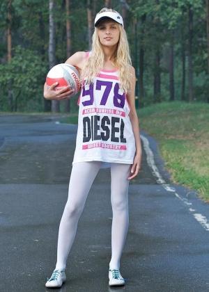 Элитная худышка Sasha Blonde разделась на загородной дороге