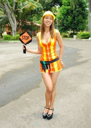 Латинка в униформе дорожного рабочего показывает сиськи