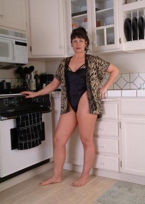 Пожилая фитоняшка оголила плоскую грудь и волосатую киску на кухне