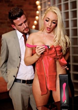 Шаловливая Victoria Summers раздвинула ножки перед мужчиной в костюме