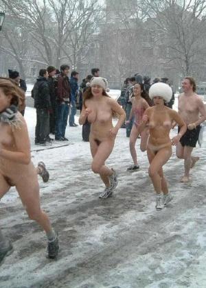 Девушки на снегу (ты их согрей руками) - компиляция 5