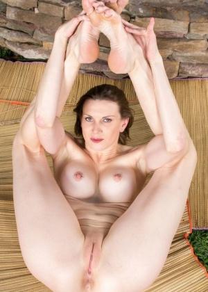 Задрав ножки, гибкие телки показывают дырочки - компиляция 7