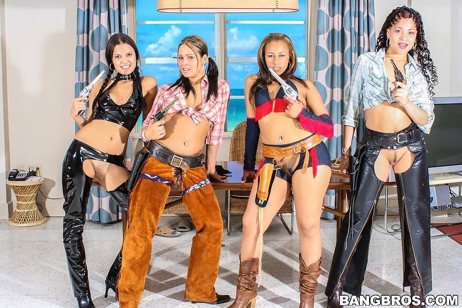Четыре девушки показывают голые жопы