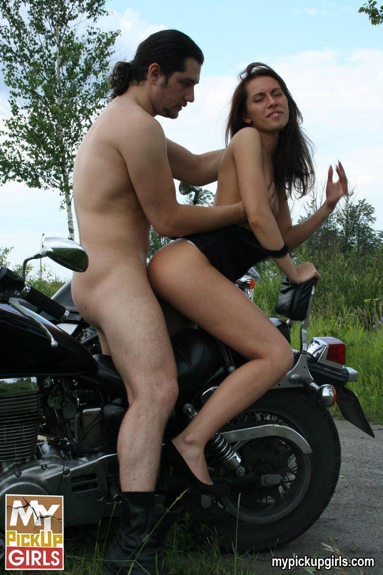 Байкер смачно отжарил  в анус смазливую блядинку на мотоцикле