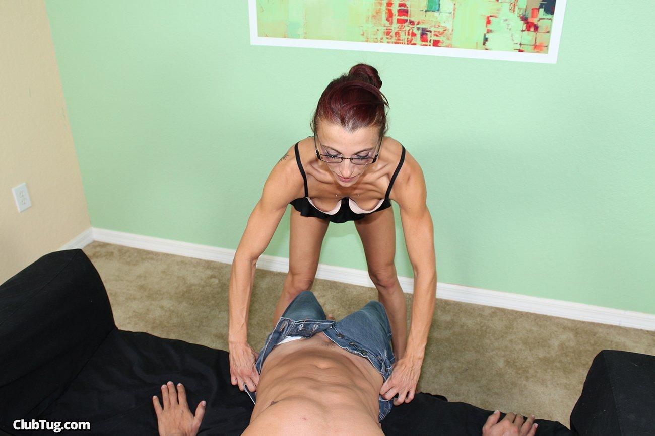 Худая женщина дрочит толстый пенис