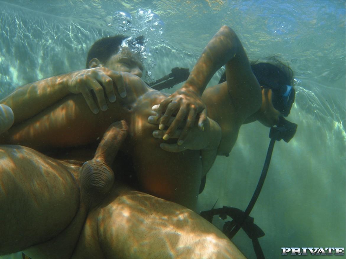 Азиатка сосет и ебется под водой с инструктором по дайвингу