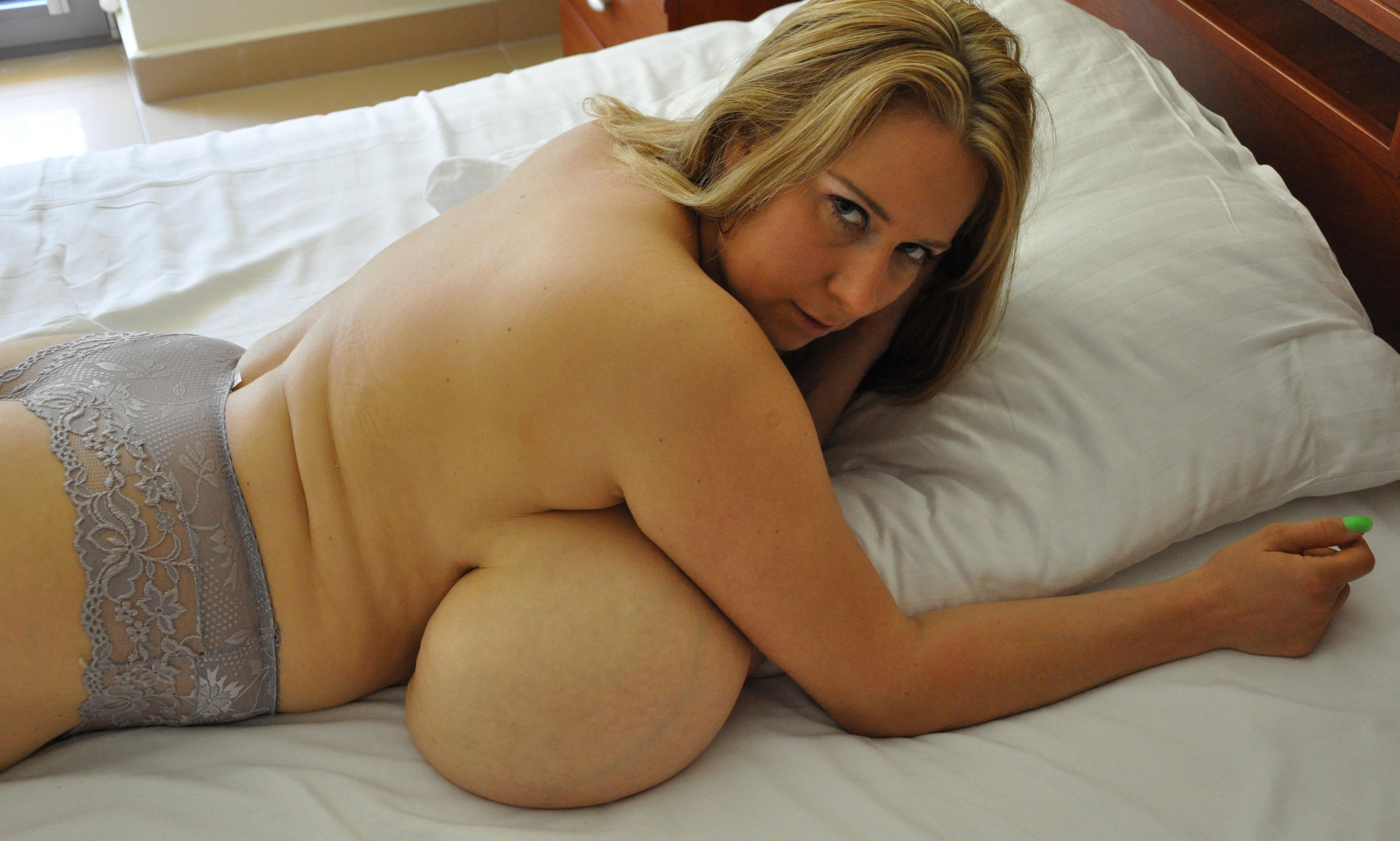 Нереально грудастая Эбби в кровати