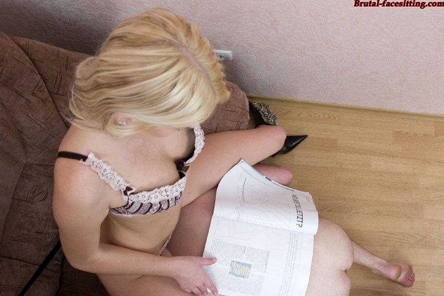Ахуевшая блондинка курит, пока ей лижет мужчина