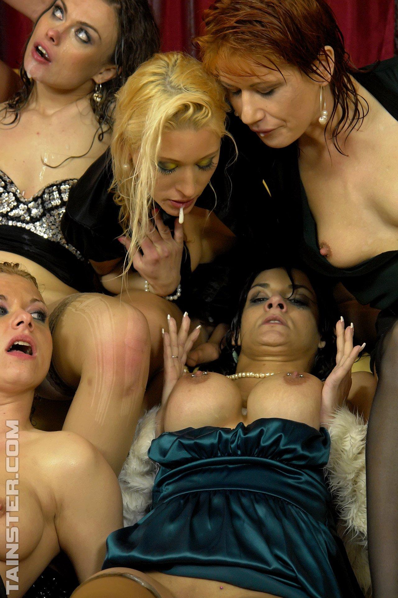 Тотальный обсыкос гламурных женщин в одежде