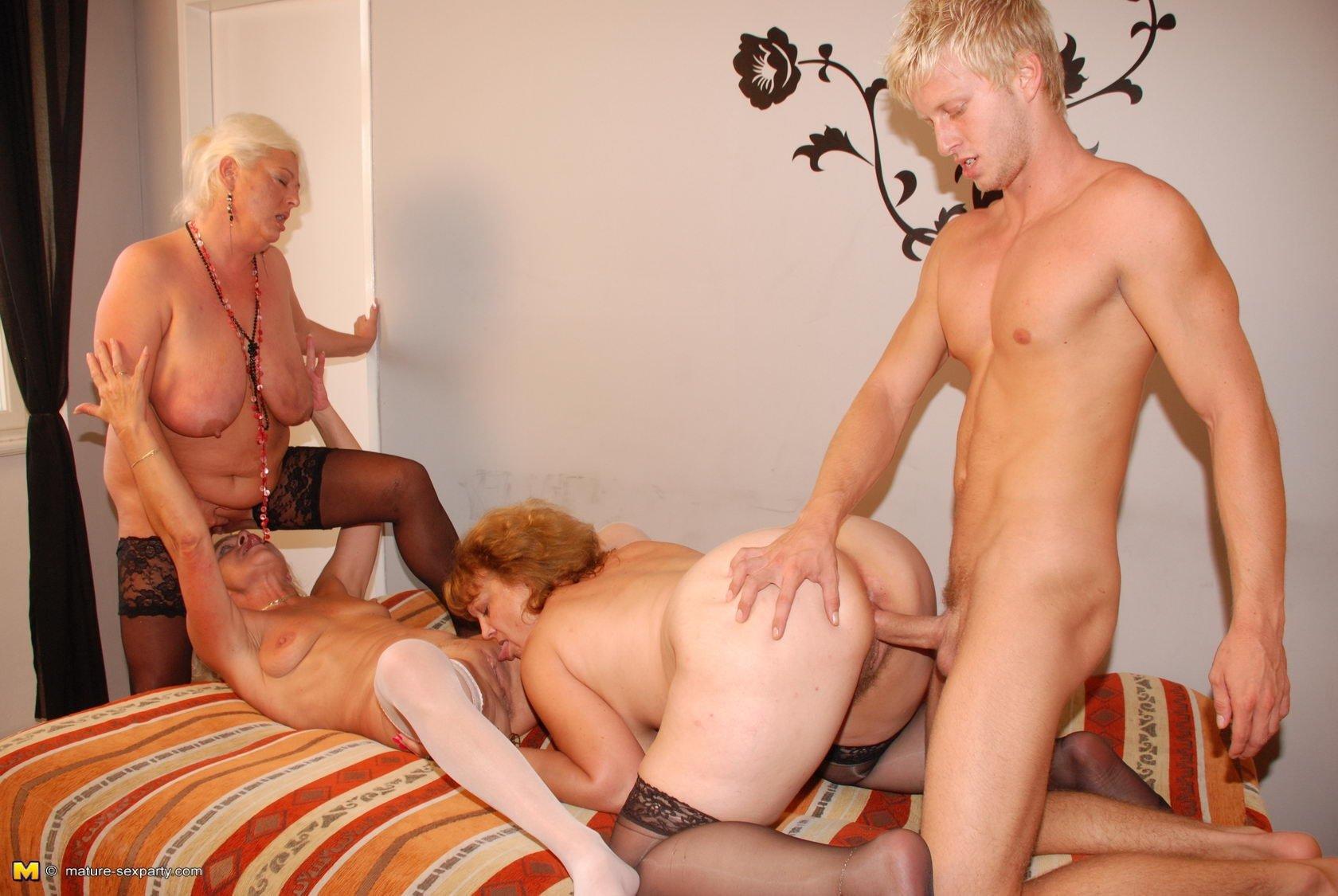групповой секс пожилых видео