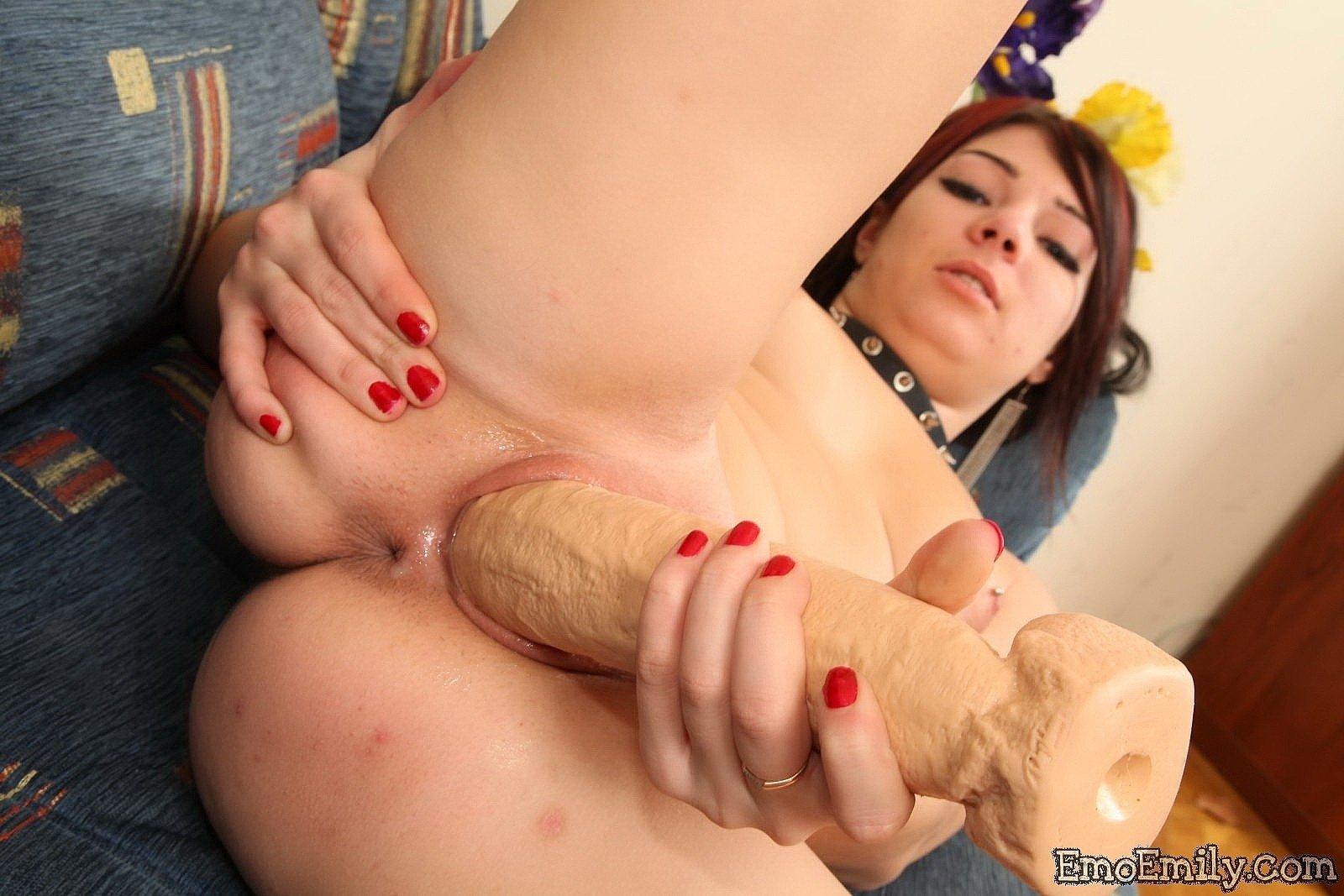 Девушка эмо тарабанит пизду большой секс игрушкой