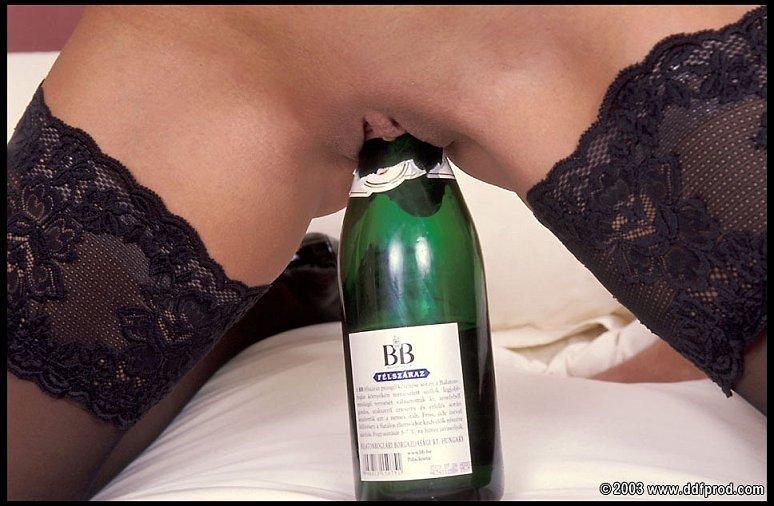 Жгучей брюнетке мало двух членов, еще она села пиздой на бутылку шампанского